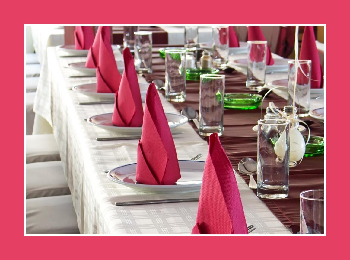 Tischdeko mit bordeauxroten Tischläufern